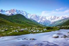 От реки берег раскрывает взгляд на фантастическом леднике Стоковые Фото