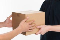 От рук к рукам. Конец-вверх рук держа whi картонной коробки Стоковое Фото