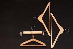 От шкафов вешалок одежд на предпосылке моды стоковые изображения