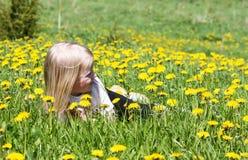 Отдыхать в траве стоковые изображения