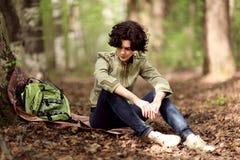 Отдыхать девушки туристский в лесе Стоковые Фото