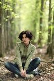 Отдыхать девушки туристский в лесе Стоковые Изображения