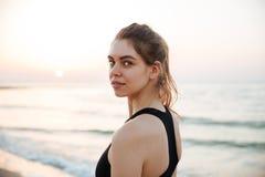 Отдыхать молодой женщины бегуна усмехаясь счастливый после jogging тренировки Стоковые Изображения RF