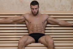 Отдыхать человека ослабленный в горячей сауне стоковое фото