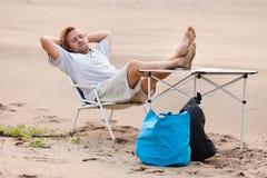 отдыхать человека пляжа стоковые изображения rf