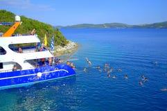 Отдыхающие забавляя в голубом море Стоковая Фотография