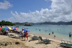 Отдыхающие наслаждаясь пляжем Стоковые Фотографии RF