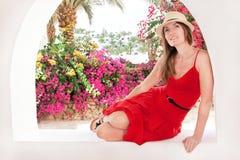Отдыхая женщина в шляпе сидя на окне. стоковые изображения rf