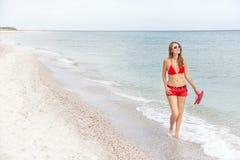 Отдыхая женщина идущ и наслаждающся на пляже Стоковые Фото