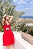 Отдыхая женщина с камерой фото стоковая фотография rf