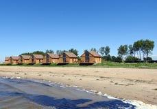 Отдыхая дома приближают к озеру, Литве стоковые фото