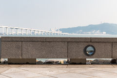 Отдыхая стенд с Sai Van мостом в Макао стоковая фотография
