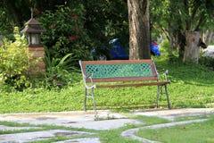 Отдыхая стул в парке Стоковое Изображение