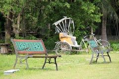 Отдыхая стул в парке Стоковое Изображение RF
