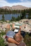 Отдыхая hiker с картой Стоковое Изображение
