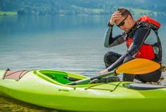 Отдыхая Kayaker на береге Стоковые Изображения RF