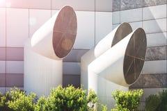 Офисное здание красного солнца в небе с вентиляцией пускает предпосылку по трубам, городскую концепцию, экологическую концепцию Стоковые Изображения