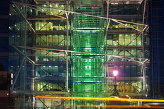 Офисное здание около моста башни причаленный взгляд корабля порта ночи Стоковая Фотография