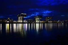Офисы Кёльна на ноче Стоковые Фото