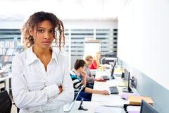 Офис африканской коммерсантки молодой с компьютером Стоковая Фотография
