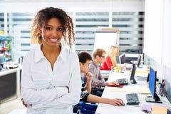 Офис африканской коммерсантки молодой с компьютером Стоковые Изображения RF