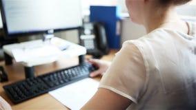 Офис: бизнес-леди сидя читающ ее монитор компьютера сток-видео