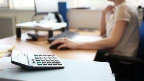 Офис: бухгалтер на работе сток-видео