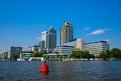 Офис возвышается на реке Amstel в Амстердаме Стоковое Изображение RF