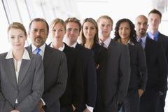 офис выровнянный группой вверх по работникам Стоковое Изображение RF