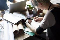 Офис идей дизайна чертежа деятельности женщины Стоковая Фотография
