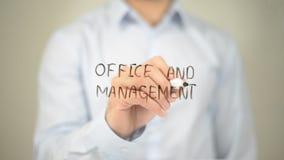Офис и управление, сочинительство человека на прозрачном экране Стоковое Изображение RF