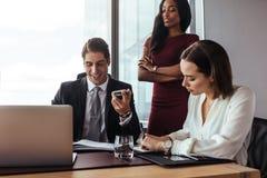офис коммерсантки бизнесмена дела один другой люд знонит по телефону говорить совместно 2 работая Стоковое Изображение