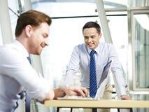 офис коммерсантки бизнесмена дела один другой люд знонит по телефону говорить совместно 2 работая Стоковое Фото