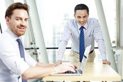 офис коммерсантки бизнесмена дела один другой люд знонит по телефону говорить совместно 2 работая Стоковое Изображение RF