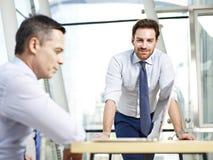 офис коммерсантки бизнесмена дела один другой люд знонит по телефону говорить совместно 2 работая Стоковое фото RF
