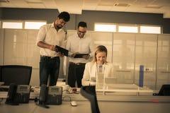 офис коммерсантки бизнесмена дела один другой люд знонит по телефону говорить совместно 2 работая Стоковые Изображения RF