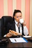офис кофе коммерсантки выпивая Стоковые Изображения RF
