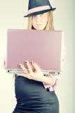офис модели девушки предпосылки белокурый стоковое изображение rf