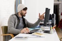 Офис настольного компьютера привлекательного бизнесмена hipste человека ультрамодного работая дома Стоковая Фотография RF