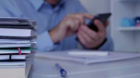 Офис неясного изображения внутренний с бизнесменом используя связь мобильного телефона сток-видео