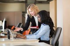 Офис, образ жизни Женщины на работе Стоковые Фото