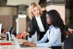 Офис, образ жизни Женщины на работе Стоковое фото RF