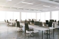 Офис просторной квартиры открытого пространства с мебелью и большими окнами иллюстрация вектора