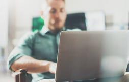 Офис студии просторной квартиры дизайна интерьера бородатой компьтер-книжки работы бизнесмена современный Человек охлаждая винтаж Стоковые Фото