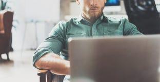 Офис студии просторной квартиры дизайна интерьера компьтер-книжки бородатого бизнесмена работая современный Стул человека расслаб Стоковая Фотография