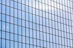 офис фасада здания самомоднейший Стеклянная стена отражая голубое небо Стоковые Фотографии RF