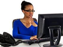 офис хороших новостей девушки электронной почты получая через Стоковые Изображения RF