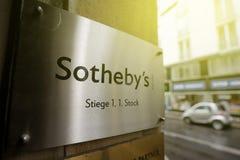 Офис ner логотипа ` s Sotheby на солнечный день Стоковые Фото