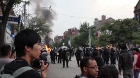 Офицеры бунта формируя линию с огнем акции видеоматериалы