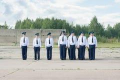 Офицеры в парадной форме одежды на авиаполе на дне открытых дверей на Стоковые Изображения RF